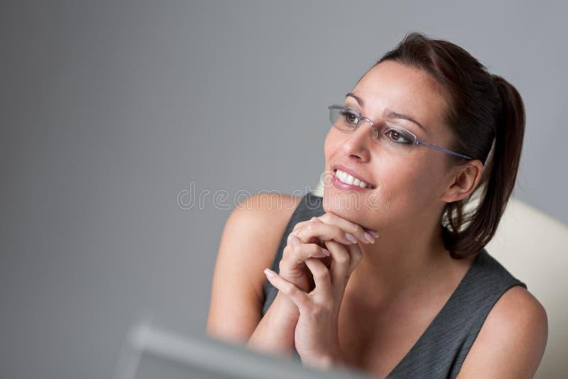 Empresaria ejecutiva acertada en la oficina imagen de archivo libre de regalías
