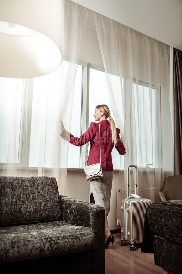 Empresaria elegante que estudia la habitación que tiene viaje de negocios imágenes de archivo libres de regalías