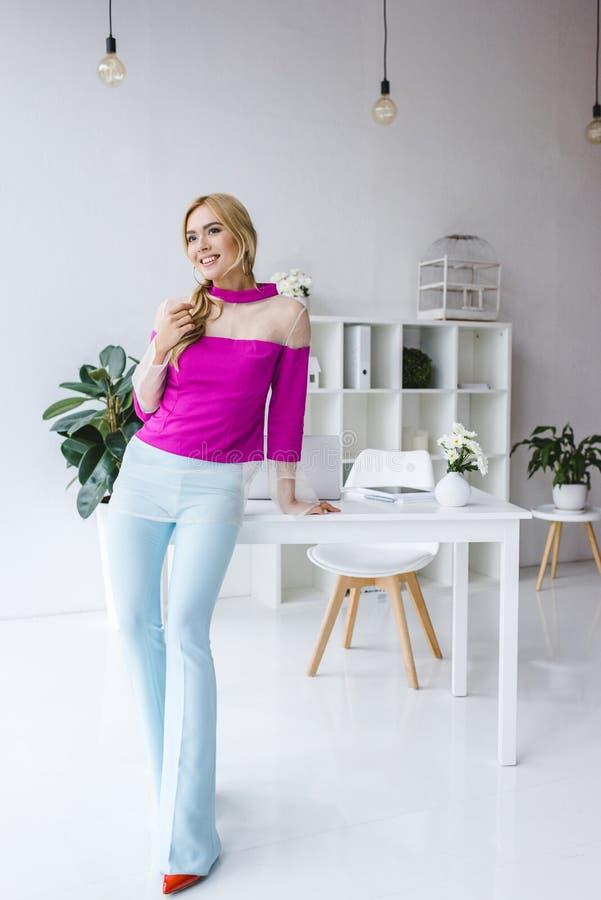 empresaria elegante que presenta en blusa rosada imagen de archivo