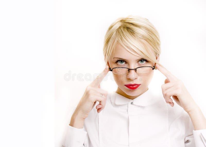 Empresaria emocional en vidrios, pelo rubio en el fondo blanco el profesor da encima de la presentaci?n aislado se?alar gesticula foto de archivo libre de regalías