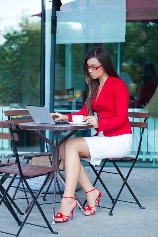 Empresaria en café del aire libre fotografía de archivo