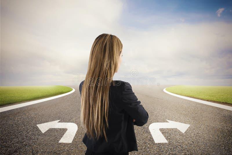 Empresaria en cruces Ella elige la manera correcta Concepto de decisión en negocio imagen de archivo
