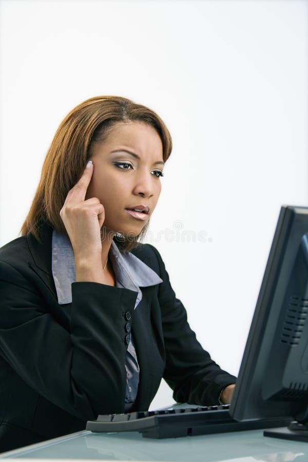 Empresaria en el ordenador imágenes de archivo libres de regalías