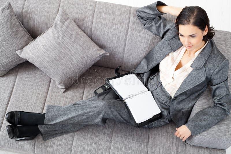 Empresaria en el sofá fotografía de archivo