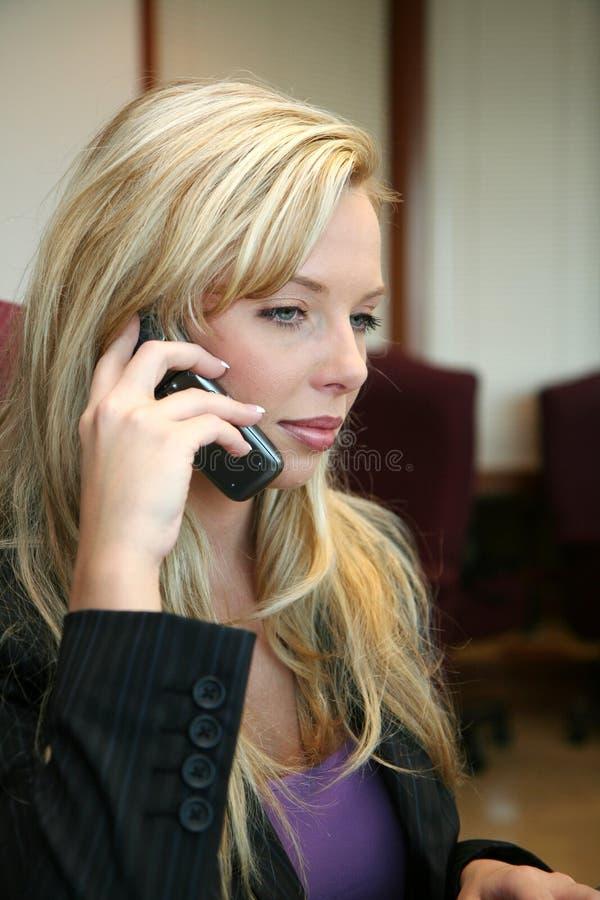 Empresaria en el teléfono foto de archivo libre de regalías