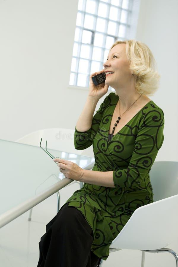 Empresaria en el teléfono imágenes de archivo libres de regalías