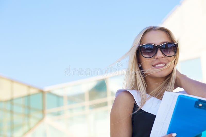 Empresaria en gafas de sol fotografía de archivo