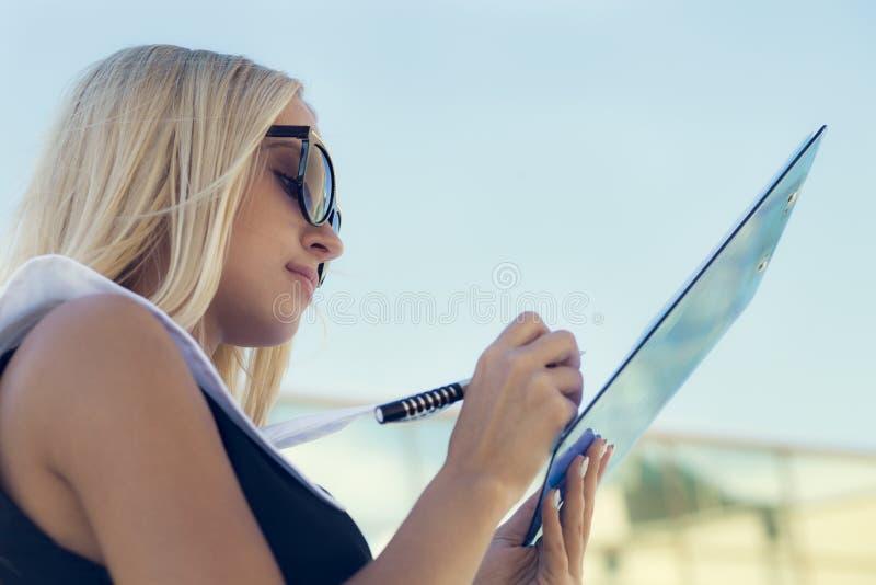 Empresaria en gafas de sol fotografía de archivo libre de regalías