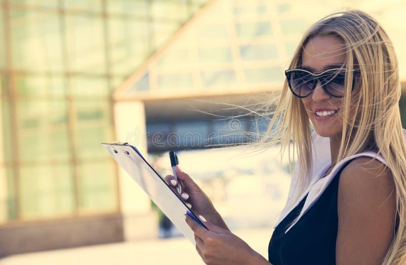 Empresaria en gafas de sol fotos de archivo libres de regalías