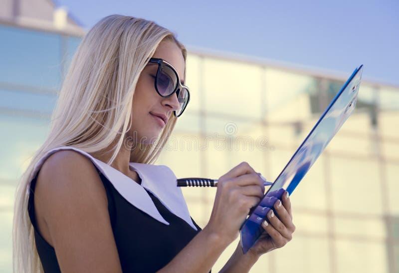Empresaria en gafas de sol imágenes de archivo libres de regalías