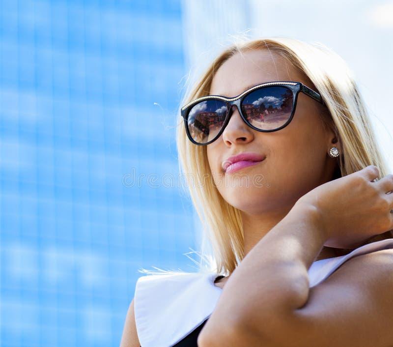 Empresaria en gafas de sol fotos de archivo