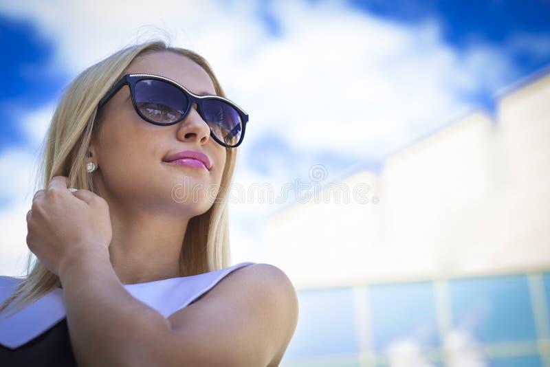 Empresaria en gafas de sol foto de archivo libre de regalías