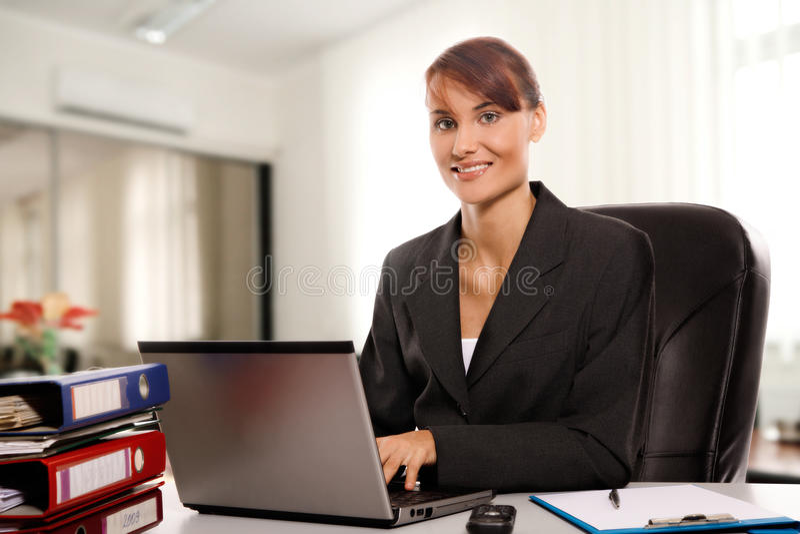 Empresaria en la oficina fotografía de archivo