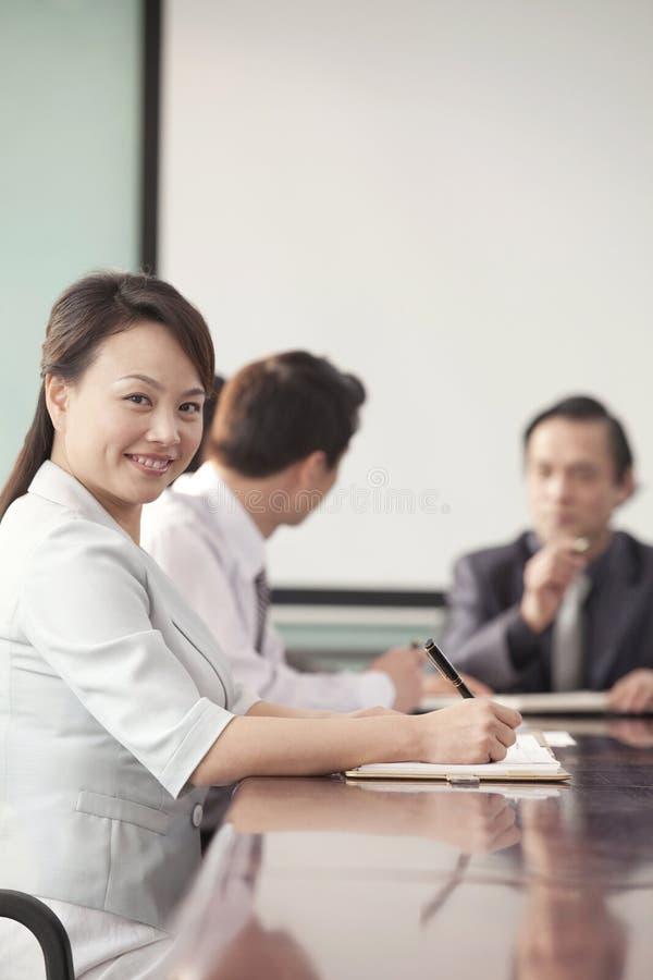 Empresaria en la reunión que sonríe en la cámara fotos de archivo libres de regalías