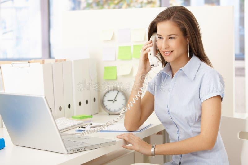 Empresaria en llamada de teléfono fotografía de archivo libre de regalías