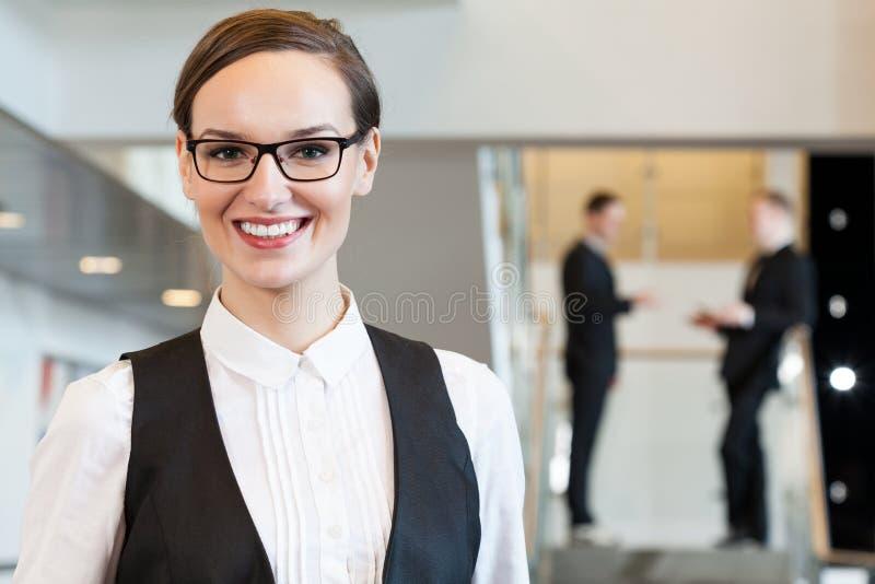Empresaria en oficina imagen de archivo