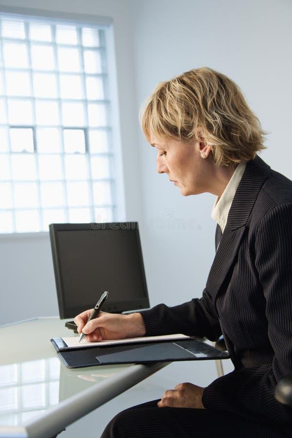 Empresaria en oficina. imagenes de archivo