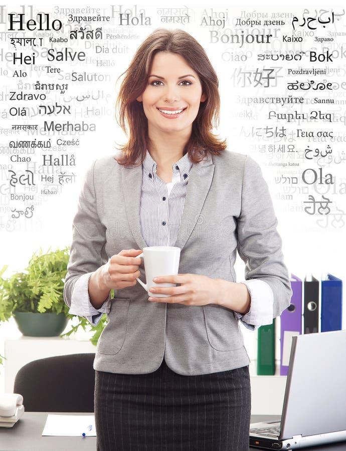 Empresaria en oficina Diverso concepto de las idiomas de mundo foto de archivo