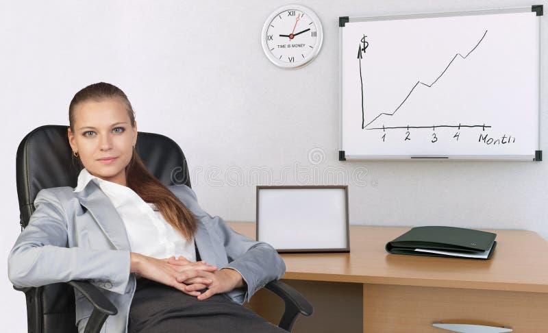 Empresaria en silla de la oficina, con sus manos imagen de archivo libre de regalías