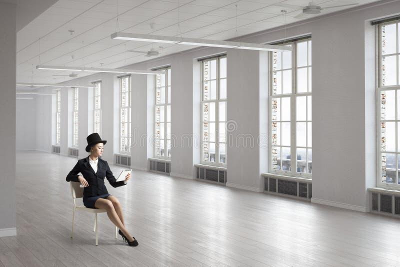 Empresaria en silla en oficina fotos de archivo libres de regalías
