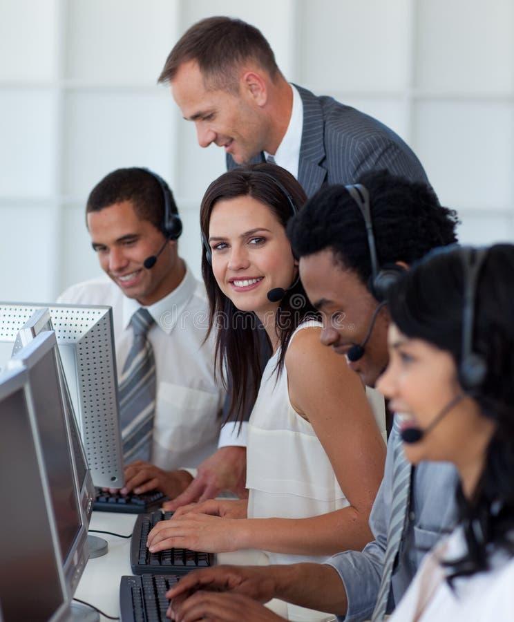 Empresaria en un centro de atención telefónica con sus personas foto de archivo libre de regalías