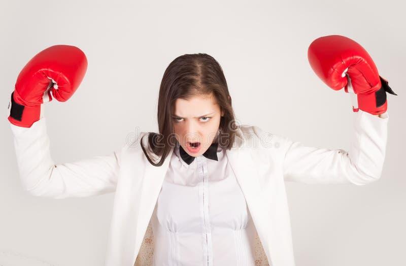 Empresaria enojada en guantes de boxeo foto de archivo