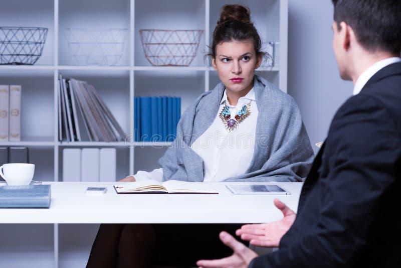 Empresaria estricta que habla con el empleado fotografía de archivo libre de regalías