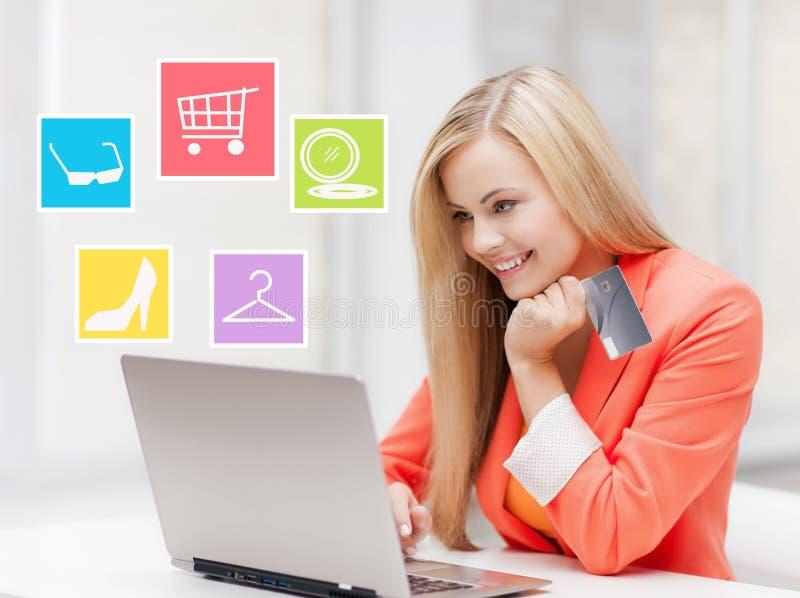Empresaria feliz con el ordenador portátil y la tarjeta de crédito foto de archivo libre de regalías