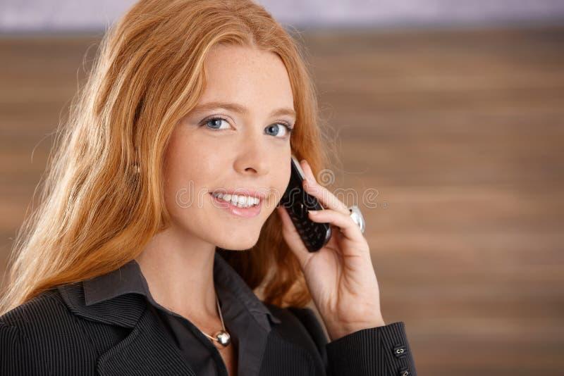 Empresaria feliz en llamada de teléfono fotos de archivo