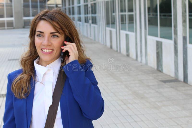 Empresaria feliz que llama por el teléfono fotos de archivo