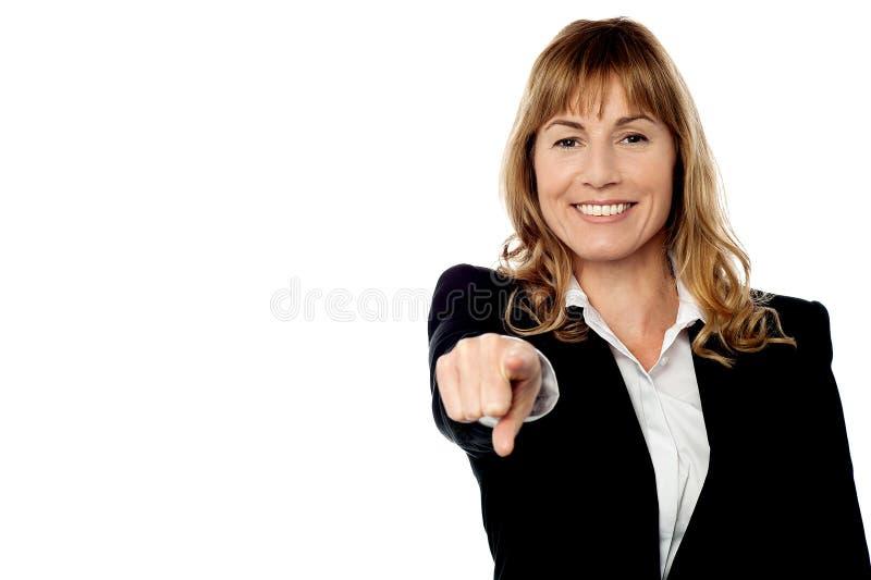 Empresaria feliz que señala en la cámara imagen de archivo libre de regalías