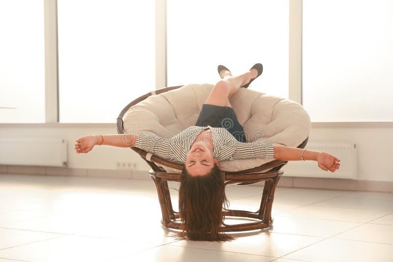 Empresaria feliz que se relaja en una silla c?moda fotografía de archivo