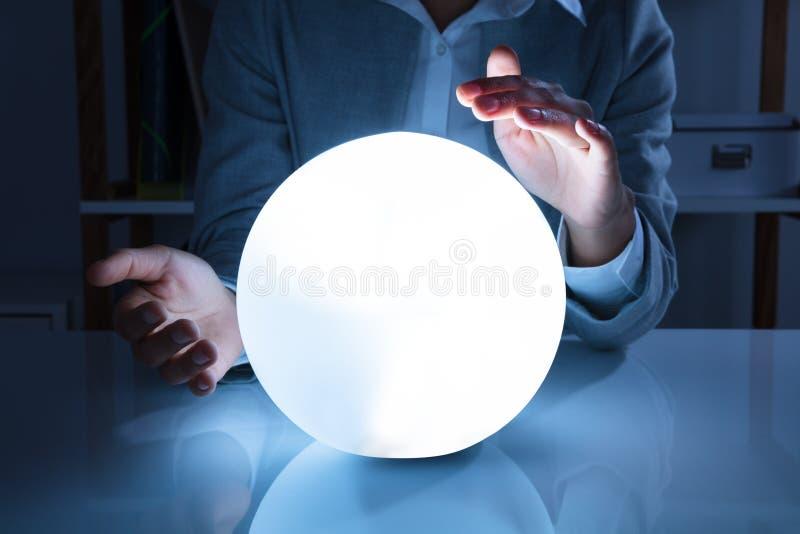 Empresaria Hand On Crystal Ball foto de archivo