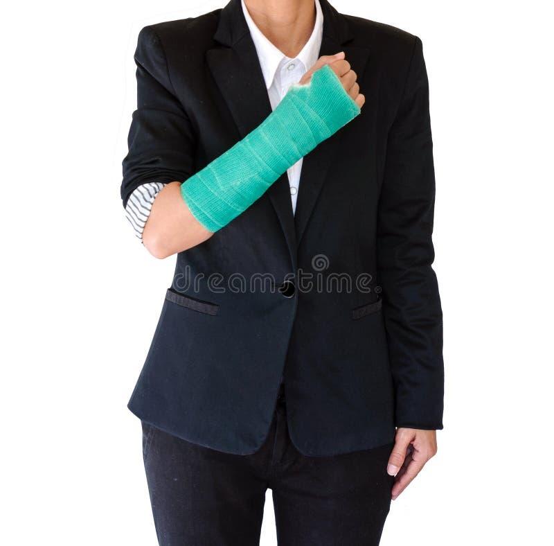 Empresaria herida con la mano quebrada y la situación echada verde fotografía de archivo libre de regalías