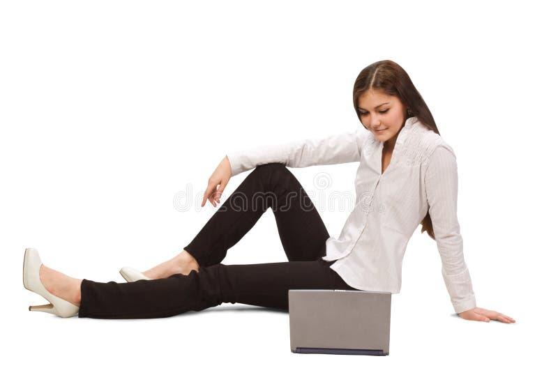 Empresaria hermosa con la computadora portátil foto de archivo