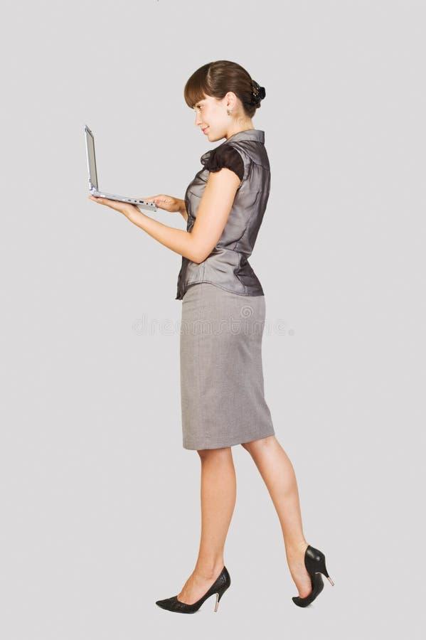 Empresaria hermosa con la computadora portátil imagenes de archivo