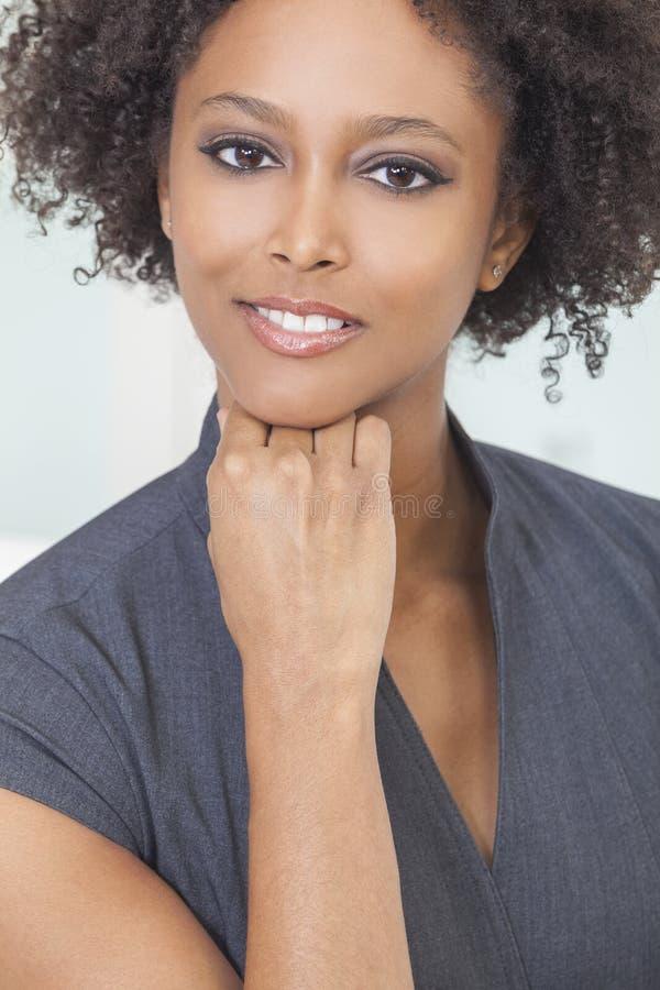 Empresaria hermosa de la mujer del afroamericano imágenes de archivo libres de regalías