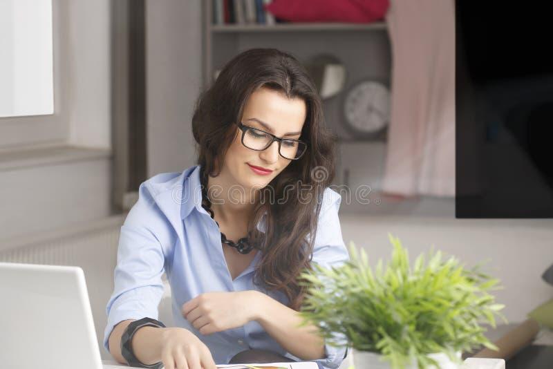 Empresaria hermosa joven que trabaja en casa imagen de archivo libre de regalías