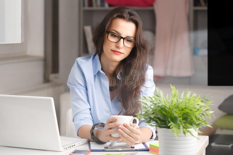 Empresaria hermosa joven que trabaja en casa imagenes de archivo
