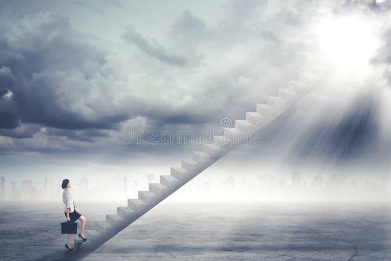 Empresaria hermosa que camina en la escalera fotografía de archivo