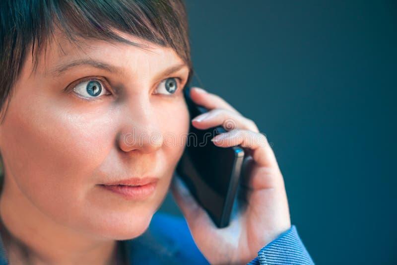 Empresaria hermosa que habla en el teléfono móvil imagenes de archivo