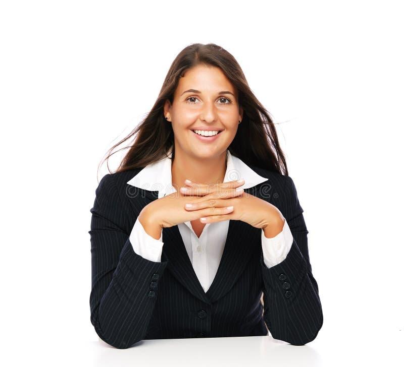 Empresaria hermosa que se sienta en el escritorio imagen de archivo libre de regalías
