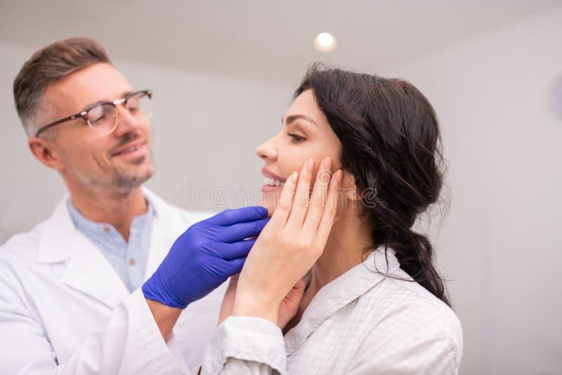Empresaria hermosa que sonríe después de resultado de la cirugía plástica foto de archivo libre de regalías
