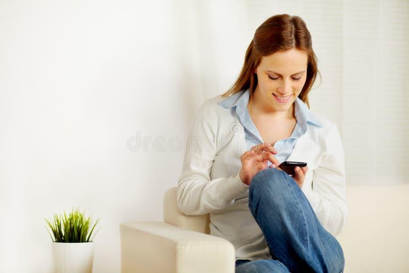 Empresaria hermosa que usa un teléfono móvil imagenes de archivo