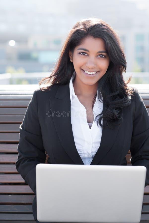 Empresaria india con la computadora portátil imagenes de archivo