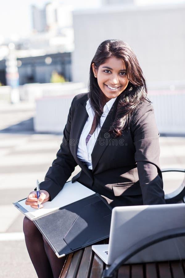 Empresaria india con la computadora portátil fotografía de archivo