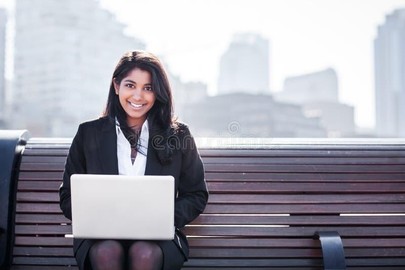 Empresaria india con la computadora portátil foto de archivo libre de regalías