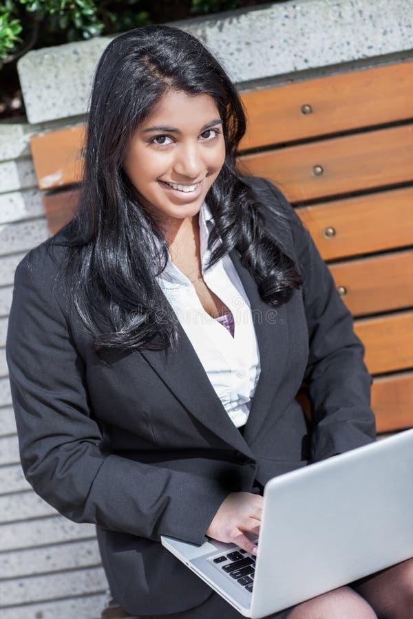 Empresaria india con la computadora portátil imágenes de archivo libres de regalías