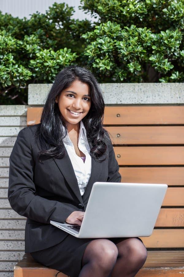 Empresaria india con la computadora portátil foto de archivo