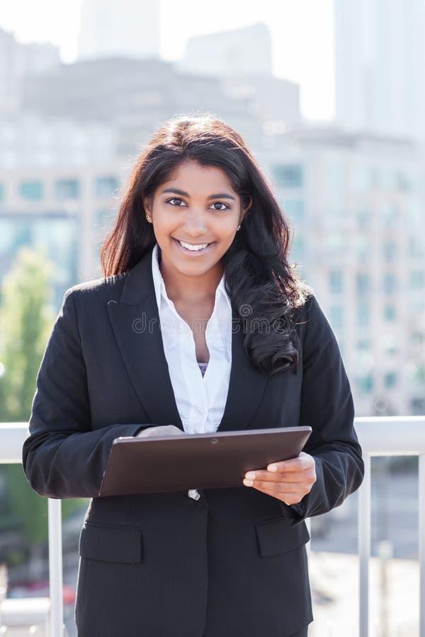 Empresaria india con PC del tahlet imagen de archivo libre de regalías